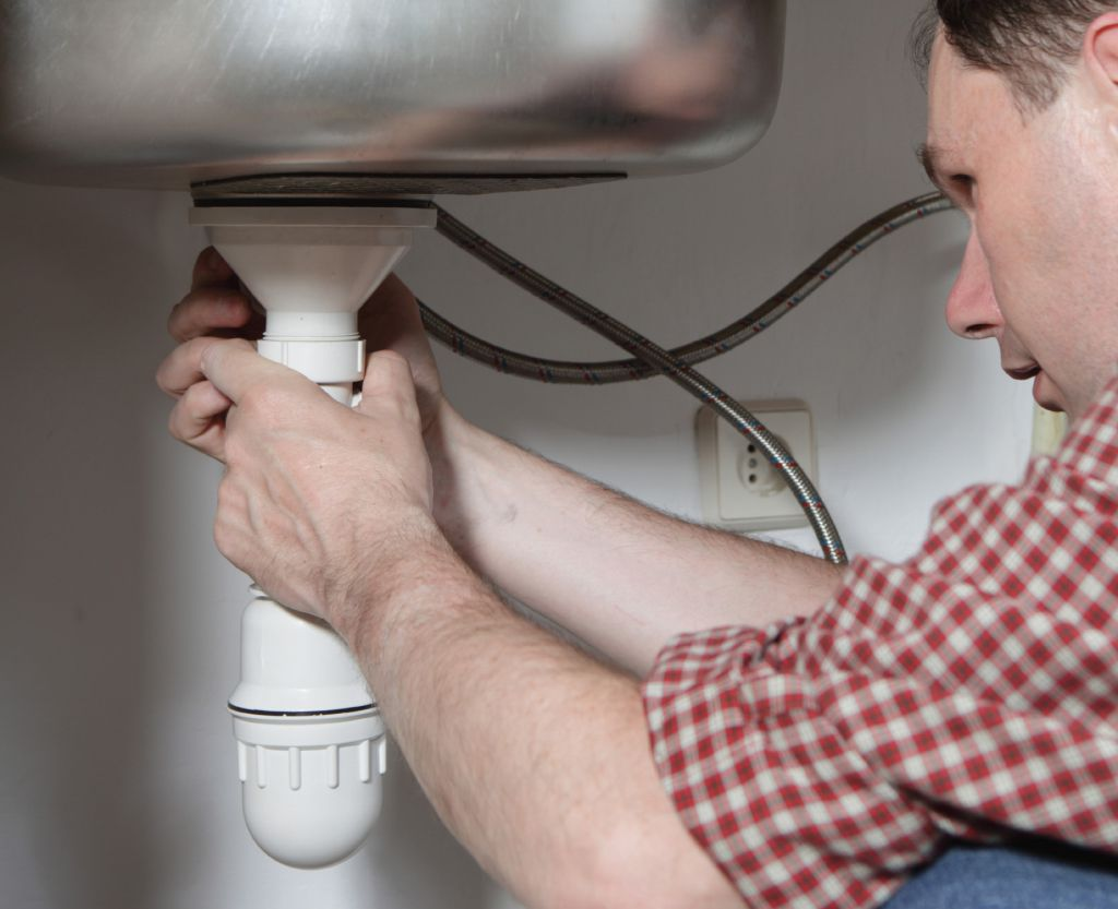 Протекающий сифон под раковиной: замена или ремонт?