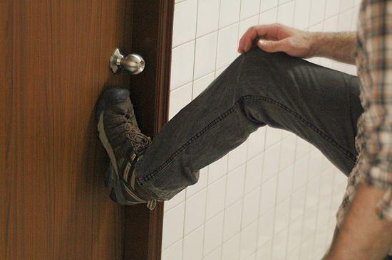 Как открыть без ключа замок межкомнатной двери