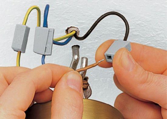 Как повесить люстру на потолок