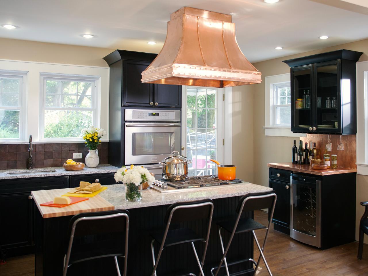 Как подключить вытяжку на кухне: действуем с умом