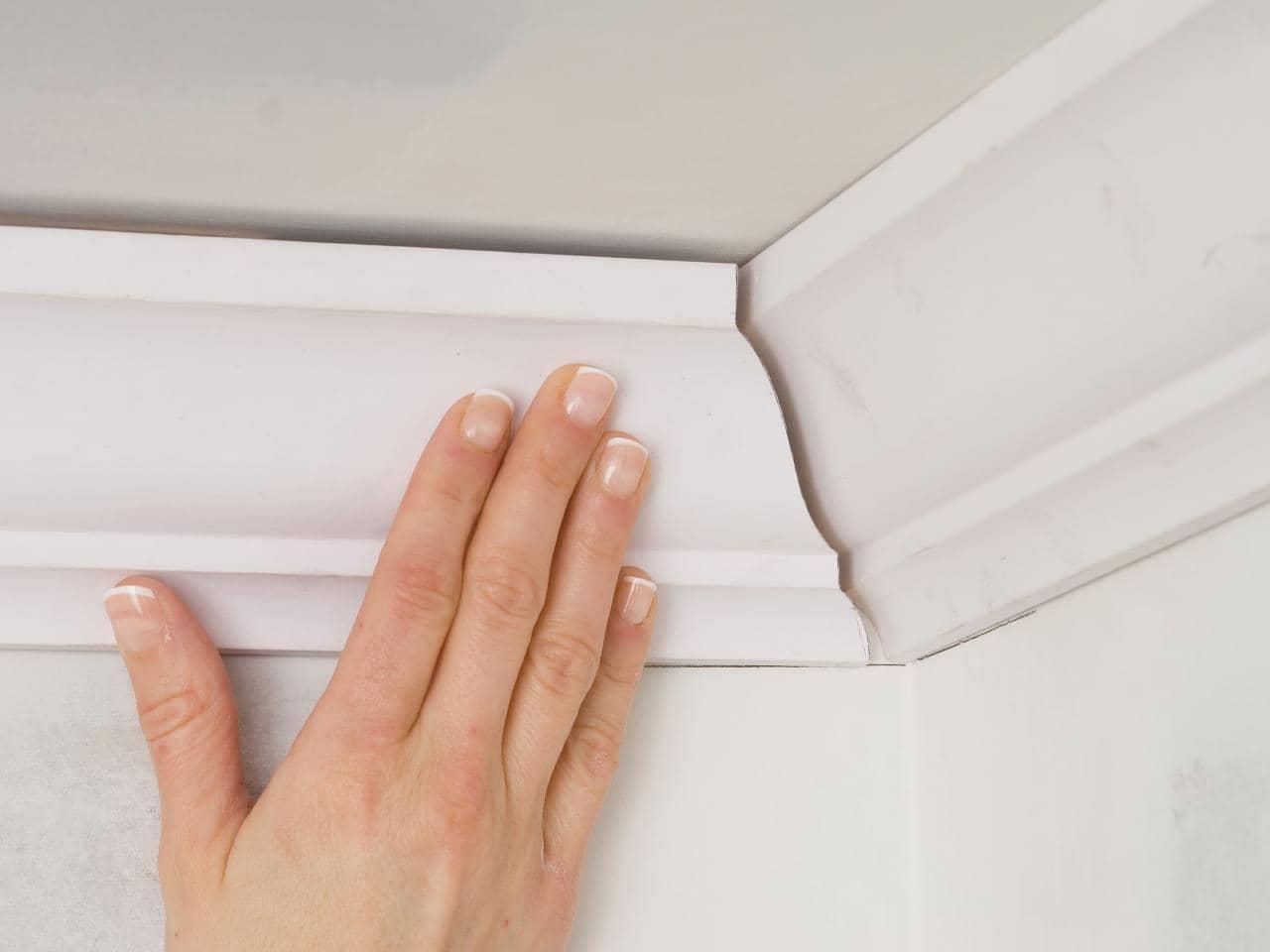Как приклеить плинтус к натяжному потолку идеально?