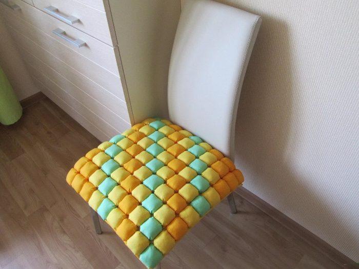 Сидушки на стулья своими руками: разнообразие интересных идей