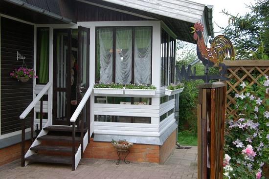 Крыльцо для частного дома: по фасаду встречают, на нем провожают
