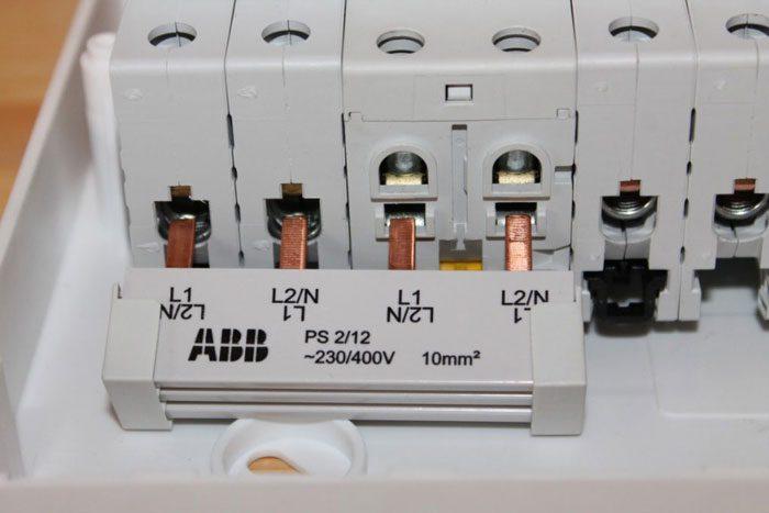 Как заменить автомат в щитке под напряжением: сложно, но и можно не всем