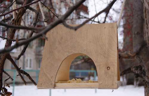 Кормушка для птиц своими руками из дерева: забота о них и о саде