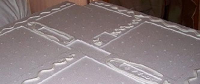 Как клеить потолочную плитку из пенопласта: разметка и инструкция
