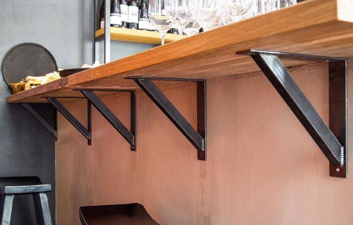 Барная стойка на балконе из подоконника, вдоль стены фасада и альтернативы