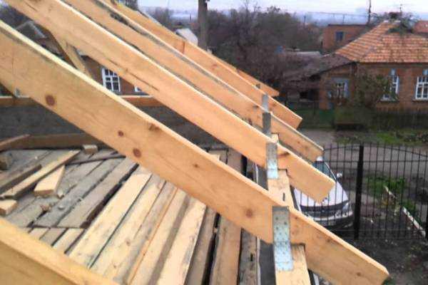 Надежное крепление стропил к мауэрлату двухскатной крыши