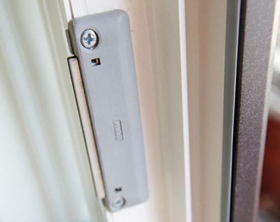 Защелка на балконную дверь: выбор удобной модели, самостоятельный монтаж
