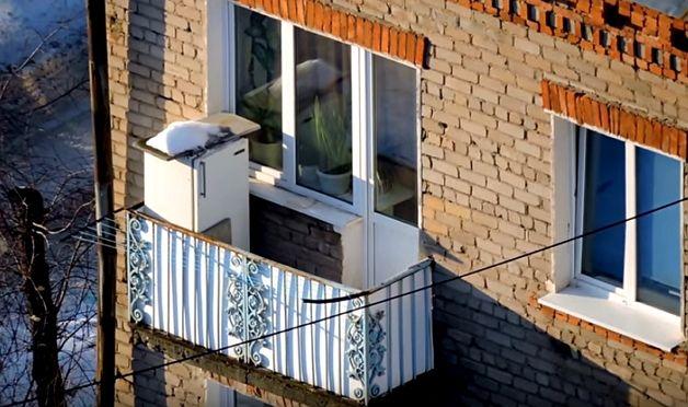 Можно ли ставить холодильник на балкон: запрета нет, но есть условия