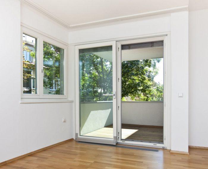 Раздвижные двери на балкон: плюсы и минусы, виды и материалы
