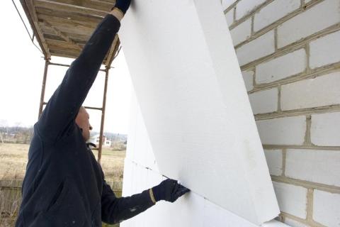 Дом из белого кирпича: суперпрочность и тепло требуют защиты