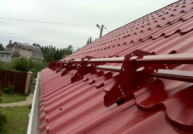 Снегозадержание на крыше: разновидности лавинных барьеров и их установка