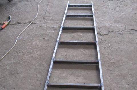 Приставные лестницы своими руками: деревянные или металлические изделия