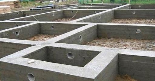 Что дешевле, что надежнее, что лучше: ленточный фундамент или плита?