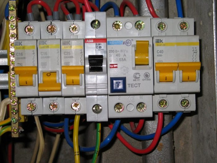 Надежная электрозащита сети: как работает УЗО с заземлением или без него