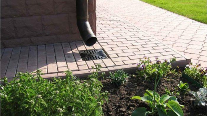 Установка дождеприемника в отмостку: возможные варианты защиты дома