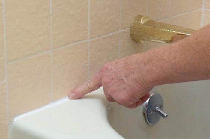 Как заделать щели между ванной и стеной: возможные варианты борьбы
