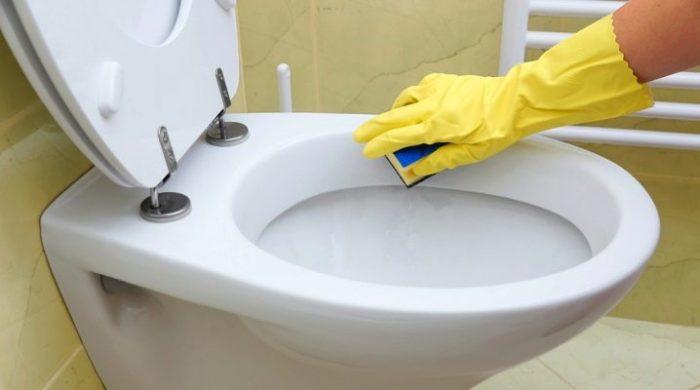 Чем очистить унитаз от известкового налета: способы борьбы