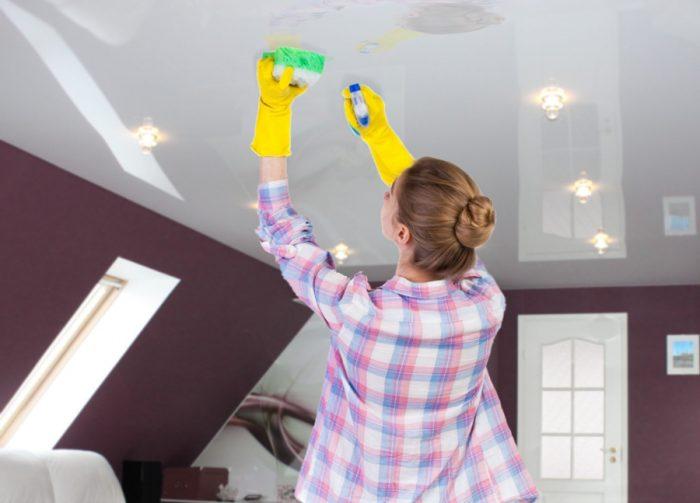 Как отмыть натяжной потолок: действуем самостоятельно и эффективно