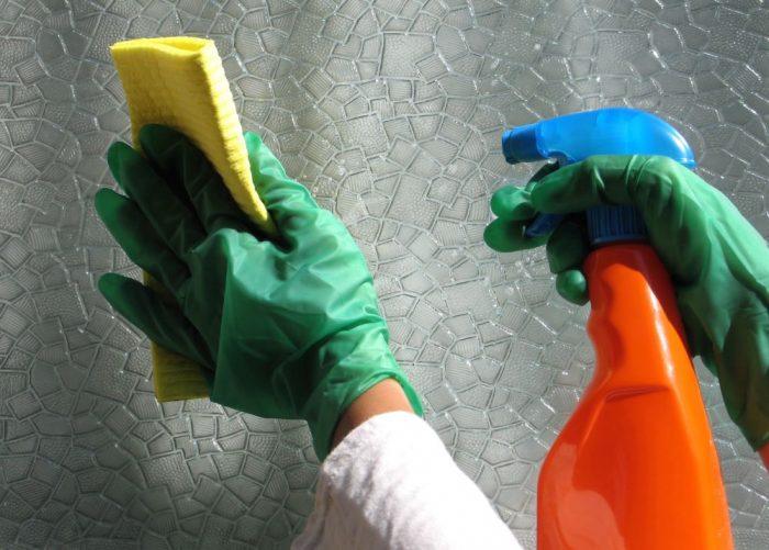 Как отмыть клей от стекла: проверенные способы