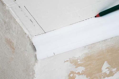 Как резать потолочный плинтус: работа с помощью стусла или без инструмента