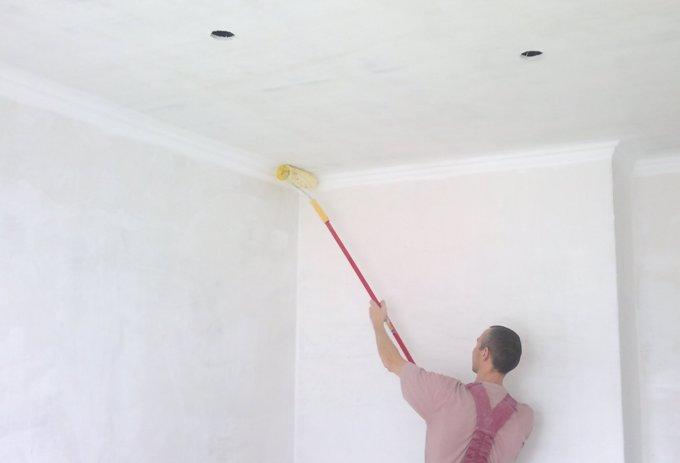 Чем и как побелить потолок: особенности составов и технология нанесения