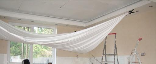 Провис натяжной потолок: причины и способы возвращения «былой красоты»