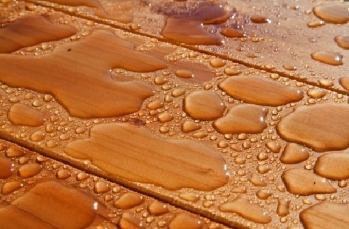 Чем обработать пол в бане: методы надежной защиты дерева и бетона